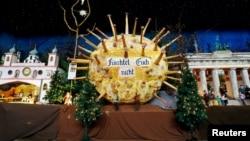 """Model virus corona dari kertas menunjukkan tulisan """"Jangan Takut"""" (dengan Covid-19) tampak di dalam Gereja Katolik Roma St. Martinus di Renningen dekat kota Stuttgart, Jerman. (foto: ilustrasi/Reuters)"""