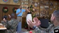 Tổng thống Obama và đệ nhất phu nhân Michelle Obama đến thăm quân nhân và gia đình họ tại căn cứ Thủy quân Lục chiến ở Hawaii, 25/12/12