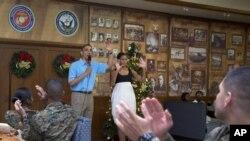 Vojnici pozdravljaju predsednika Obamu i prvu damu SAD koji su ih posetili u jednoj bazi Marinskih snaga na Havajima