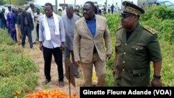 Délégation gouvernementale dans un champs de tomate, le 27 septembre 2019. ( VOA/Ginette Fleure Adande)