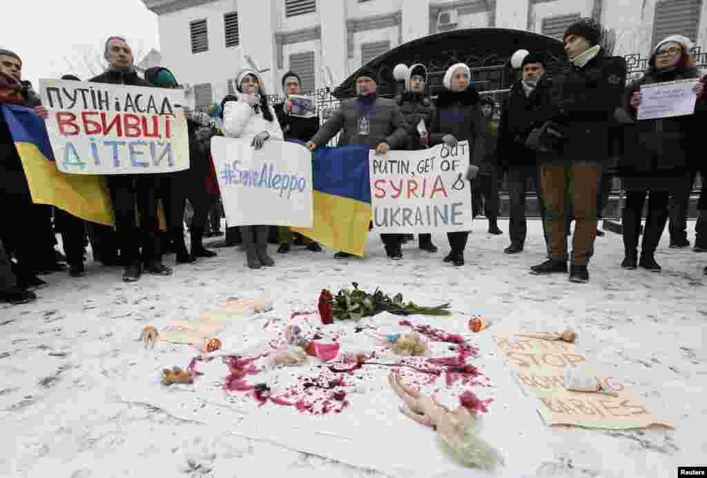 تظاهرات علیه مداخله روسیه و حمایت آن کشور از بشار اسد، در جنگ سوریه، بیرون سفارت روسیه در کی اف اوکراین.