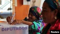Warga Meksiko memasukkan kartu suara di salah satu TPS (foto: dok). Pilgub di Meksiko hari Minggu (5/6) diwarnai oleh berbagai aksi kekerasan.