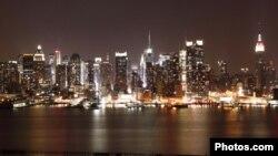 Imagem nocturna da cidade de Nova Iorque a partir de uma das margens do Rio Hudson