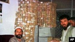 شماری از افغان ها به دلیل حساسیت های دینی از سیستم های متداول بانکی استفاده نمی کنند.