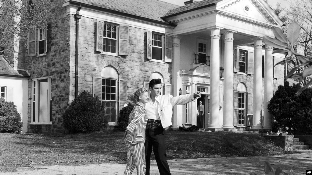 Elvis Presley With His Friend Yvonne Lime At Home Graceland In Memphis Tennessee Around