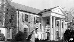 Elvis Presley avec son amie Yvonne Lime, Graceland, Memphis, Tennessee vers 1957.