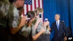 El presidente Barack obama saluda a miembros del ejército al llegar a la base aérea MacDill.