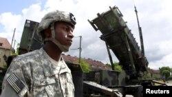 Un soldat américain près d'une batterie de missile Patriot sol-air sur une base de l'armée à Morag en pologne, le 26 mai 2010. (Photo Reuters)