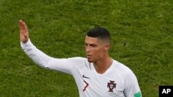Cristiano Ronaldo quitte le terrain après que son équipe ait été éliminée lors de la Coupe du monde 2018 au stade Fisht de Sotchi, Russie, le 30 juin 2018.