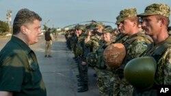Presiden Ukraina Petro Poroshenko menginspeksi pasukan di Mariupol, Ukraina (8/9). (AP/Mykola Lazarenko)