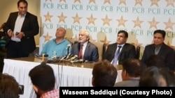 چیئرمین پاکستان کرکٹ بورڈ احسان مانی، کراچی میں پریس کانفرنس کر رہے ہیں۔ 14 نومبر 2018