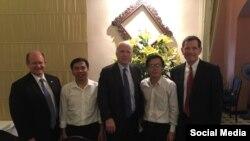 Từ trái sang, TNS Chris Coons, nhà hoạt động Vũ Quốc Ngữ, TNS John McCain, luật sư Lê Quốc Quân, và TNS John Barrasso tại Hà Nội. (Ảnh Facebook Vũ Quốc Ngữ)