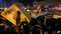 Ukraina mengerahkan ratusan polisi untuk menyerbu perkemahan demonstran di pusat ibukota Kiev hari Rabu (11/12) pagi.