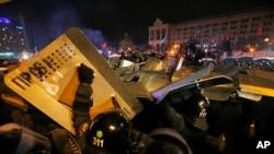 乌克兰防暴警察冲击基辅独立广场的抗议营地。(2013年12月11日)