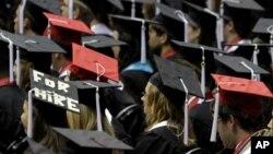 Un anuncio en la toga de graduación marca las dificultades que enfrentan los nuevos profesionales para conseguir un buen trabajo en EE.UU.