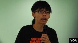 學民思潮召集人黃之鋒表示,香港中學生投入社運,是要喚醒社會上的成年人,遊戲規則不是完全由他們決定 (美國之音 湯惠芸拍攝)