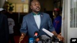 부룬디의 피에르 은쿠룬지자 대통령이 17일 쿠데타 기도 뒤 처음으로 공개 석상에 모습을 드러내 기자들 앞에서 입장을 발표하고 있다.