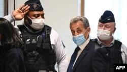 Cựu tổng thống Pháp Nicolas Sarkozy đến toà án Paris hôm 1/3/2021.