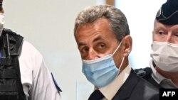 Mokonzi ya kala ya France Nicolas Sarkozy akomi na tribunal na bosambisami bwa ye, Paris, France, 1er mars 2021.