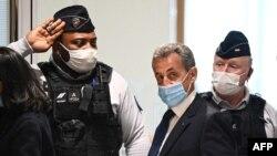 Ish-Presidenti Sarkozy në godinën e gjykatës së Parisit