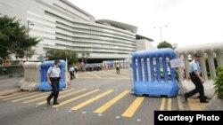 警方在胡锦涛出席活动现场周围设置障碍