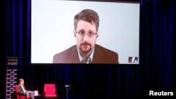 Eduard Snowden duke folur përmes një videolinku.