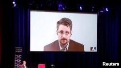 """Edvard Snouden učestvuje u diskusiji o svojoj knjizi """"Trajni dosije"""" sa nemačkim novinarom Holgerom Starkom u Berlinu."""