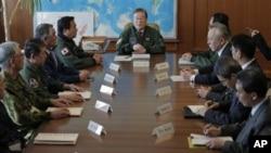 2012年12月12日,日本防卫大臣森本敏在东京举行的防卫省高层官员会议上讲话。