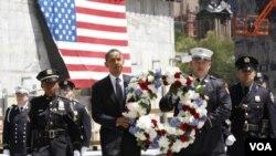 Presiden Barack Obama meletakkan karangan bunga di lokasi Ground Zero, didampingi para anggota pemadam kebakaran dan polisi New York, Kamis (5/5).