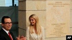 지난 14일 이방카 트럼프 백악관 고문(오른쪽)과 스티브 므누신 재무장관이 예루살렘으로 이전한 이스라엘 주재 미국 대사관 개관식에 참석하고 있다.