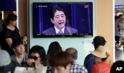 Dân Hàn Quốc theo dõi bài phát biểu của Thủ tướng Nhật Bản nhân kỷ niệm 70 năm ngày kết thúc Thế chiến thứ hai. Ông Abe đã không đưa ra lời xin lỗi công khai đối với vấn đề an úy phụ.