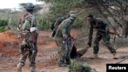 Tentara Somalia membantu rekannya yang terluka akibat serangan militan al-Shabab (foto: dok). Militan Al-Shabab menyerang pangkalan militer Daynunay Selasa (26/4).