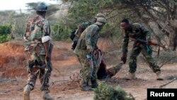 Wanajeshi wa Somalia wakimsaidia mwenzao ambaye amejeruhiwa na wanachama wa Al Shabaab katika mji wa Barawe.