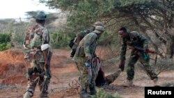 Binh sĩ Somalia giúp đồng đột bị thương trong vụ đụng độ với nhóm al-Shabab tại thị trấn Barawe. Ảnh tư liệu.