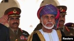 Penguasa Oman Sultan Qaboos bin Said (tengah) memerintahkan perusahaan swasta agar memberikan jumlah hari libur keagamaan yang sama dengan pegawai negeri dan mengganti awal akhir pekan di negaranya menjadi Kamis dan Jumat, untuk menyesuaikan periode perbankan (Foto: dok).
