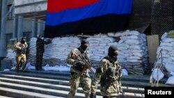 4月21日亲俄武装人员在斯拉维扬斯克市长办公室外