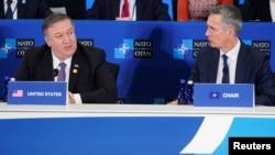 រដ្ឋមន្រ្តីការបរទេសសហរដ្ឋអាមេរិកលោក Mike Pompeo និយាយជាមួយរដ្ឋលេខាធិការអង្គការអូតង់ Jens Stoltenberg (ស្តាំ) ក្នុងកិច្ចប្រជុំអំពីអង្គការកិច្ចព្រមព្រៀង Atlantic Treaty Organization (NATO) នៅក្នុងរដ្ឋធានីវ៉ាស៊ីនតោនកាលពីថ្ងៃទី០៤ ខែមេសា ឆ្នាំ២០១៩។