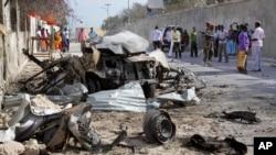 بقایای اتوموبیلی که برای حمله به کاخ ریاست جمهوری سومالی بمبگذاری شده بود - موگادیشو، ۲۱ فوریه ۲۰۱۴