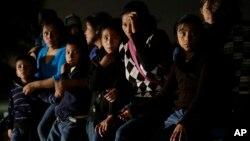 Beberapa imigran anak dari Amerika Tengah yang masuk Amerika secara ilegal tanpa orangtua mereka (25/6).
