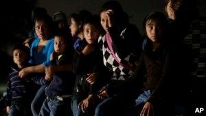 Un grupo de inmigrantes de Honduras y El Salvador que cruzaron la frontera entre México y EE.UU. ilegalmente son detenidos en Granjeno, Texas.