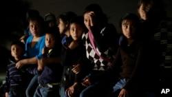 Một nhóm những người nhập cư từ Honduras và El Salvador băng qua biên giới Mỹ-Mexico bất hợp pháp đã bị chặn lại ở Granjeno, bang Texas.
