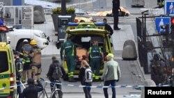 تیم اورژانس بعد از حادثه به مجروحان کمک می کند.