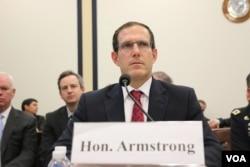 美国广播理事会理事阿姆斯特朗2015年10月22日在国会作证。(美国之音杨晨拍摄)