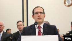 美國廣播理事會理事阿姆斯特朗2015年10月22日在國會作證。(美國之音楊晨拍攝)