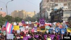 لاہور میں عورچ مارچ میں شریک خواتین پریس کلب کے باہر جمع ہیں۔