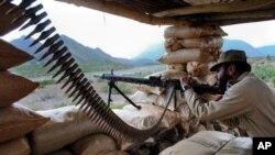 巴基斯坦准军事组织的成员在部落地区准备射击