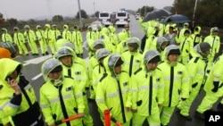 2012年10月22日警察在通往南北韩非军事区分界线的公路上列阵阻止运传单的卡车