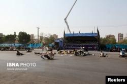 지난 22일 이란 남서부 도시 아흐바즈에서 열린 군사 퍼레이드 도중 무장괴환에 의한 총격이 발생하자 퍼레이드 참여한 군인들이 땅바닥에 몸을 붙인 채 상황을 살피고 있다.