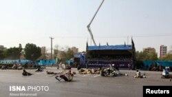 22일 이란 남서부 도시 아흐바즈에서 열린 군사 퍼레이드 도중 무장괴환에 의한 총격이 발생하자 퍼레이드 참여한 군인들이 땅바닥에 몸을 붙인 채 상황을 살피고 있다.