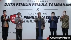 Ketua KPU Arief Budiman (tengah) bersama sejumlah anggota KPU secara resmi meluncurkan Pilkada serentak, Kamis (18/6). (Sumber: Humas KPU)